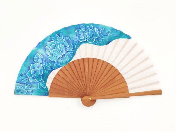 Abanico de bolsillo, hecho artesanalmente en España, varillas de madera de peral pulido y país de algodón. Pintado a mano. 19cm de varilla .