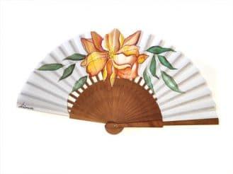 Abanico hecho artesanalmente en España, varillas de madera de peral pulido y país de algodón. Pintado a mano. 23cm de varilla .